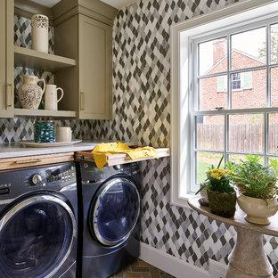 Exempel på en mellanstor klassisk vita vitt tvättstuga enbart för tvätt, med luckor med infälld panel, bänkskiva i koppar, en tvättmaskin och torktumlare bredvid varandra, brunt golv, skiffergolv och gröna skåp