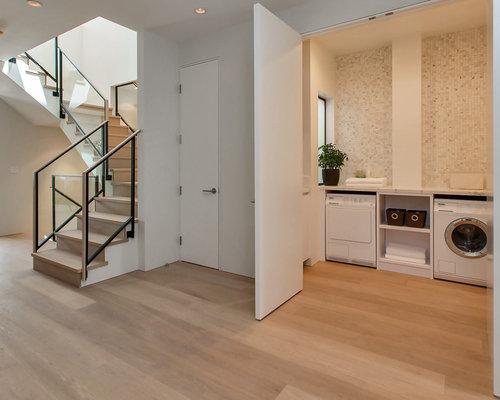hauswirtschaftsraum mit waschmaschinenschrank und beigefarbenen w nden ideen f r waschk che. Black Bedroom Furniture Sets. Home Design Ideas