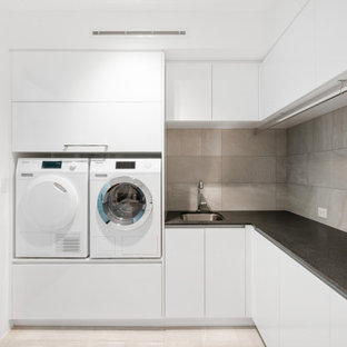 Idéer för en modern tvättstuga, med stänkskydd i stenkakel