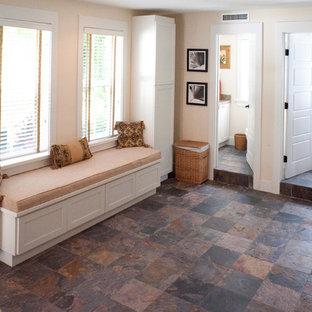 Ispirazione per una lavanderia multiuso tropicale di medie dimensioni con ante in stile shaker, pavimento in ardesia e lavatrice e asciugatrice affiancate