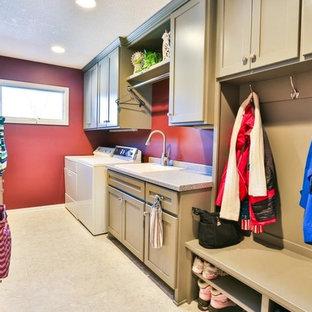 Inspiration pour une buanderie parallèle traditionnelle multi-usage et de taille moyenne avec un évier posé, un placard à porte shaker, des portes de placard beiges, un plan de travail en granite, un mur rouge, un sol en carrelage de céramique et des machines côte à côte.