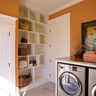 Klassisk inredning av en tvättstuga, med orange väggar