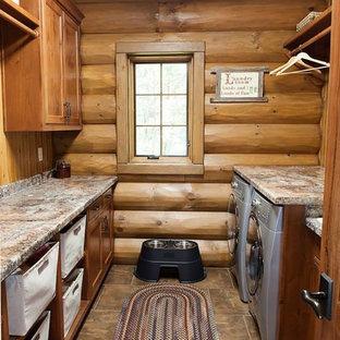 Idéer för en mellanstor rustik parallell tvättstuga enbart för tvätt, med en nedsänkt diskho, släta luckor, skåp i mellenmörkt trä, marmorbänkskiva, bruna väggar, klinkergolv i keramik och en tvättmaskin och torktumlare bredvid varandra