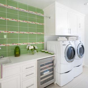 Idee per una sala lavanderia chic di medie dimensioni con ante bianche, lavatrice e asciugatrice affiancate, ante in stile shaker, lavello a vasca singola, pavimento in gres porcellanato e pareti grigie