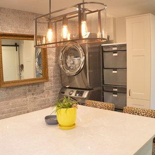 Foto di una lavanderia eclettica con ante in stile shaker, ante bianche, top in superficie solida, pareti grigie, pavimento con piastrelle in ceramica, lavatrice e asciugatrice a colonna, pavimento grigio e top grigio