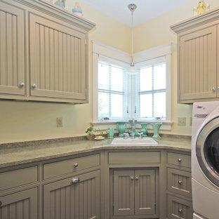 Inspiration för en mellanstor lantlig l-formad tvättstuga enbart för tvätt, med en nedsänkt diskho, luckor med profilerade fronter, bänkskiva i koppar och en tvättmaskin och torktumlare bredvid varandra