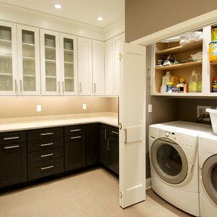 Esempio di una lavanderia multiuso classica di medie dimensioni con ante bianche e lavatrice e asciugatrice nascoste