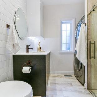 Idee per una piccola lavanderia design con lavello sottopiano, ante in legno bruno, top in quarzite, pareti bianche e lavatrice e asciugatrice a colonna