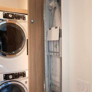 Inspiration för en liten maritim vita l-formad vitt tvättstuga enbart för tvätt, med en undermonterad diskho, släta luckor, skåp i ljust trä, bänkskiva i kvarts, blått stänkskydd, stänkskydd i cementkakel, vita väggar, klinkergolv i porslin, en tvättpelare och beiget golv