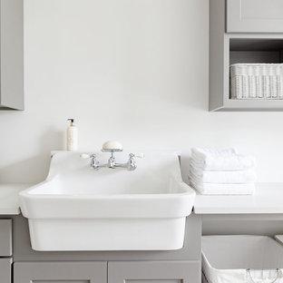 Idéer för att renovera en mellanstor lantlig vita vitt tvättstuga enbart för tvätt, med en rustik diskho, skåp i shakerstil, grå skåp, bänkskiva i kvarts och vita väggar