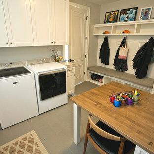 Bild på ett mellanstort vintage grovkök, med en rustik diskho, skåp i shakerstil, vita skåp, kaklad bänkskiva, beige väggar, klinkergolv i keramik, en tvättmaskin och torktumlare bredvid varandra och grått golv