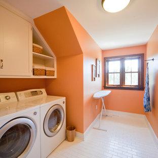 Idéer för vintage tvättstugor, med orange väggar och vita skåp