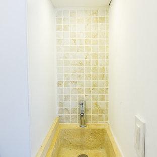 Exempel på ett litet modernt grovkök, med en enkel diskho, släta luckor, vita skåp, bänkskiva i koppar, vita väggar och målat trägolv