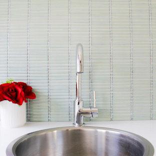 Idee per una piccola sala lavanderia moderna con lavello da incasso, ante lisce, ante bianche, top in quarzo composito, pareti verdi, pavimento in gres porcellanato, lavasciuga, pavimento grigio e top bianco