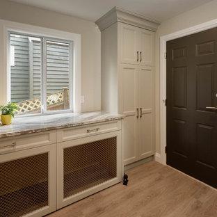 Immagine di una grande sala lavanderia minimal con ante in stile shaker, ante beige, top in quarzite, pareti beige, pavimento in legno massello medio e pavimento marrone