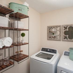 Idéer för att renovera en liten shabby chic-inspirerad liten tvättstuga, med en tvättmaskin och torktumlare bredvid varandra
