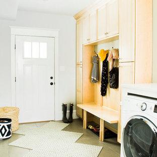 Immagine di una lavanderia multiuso tradizionale di medie dimensioni con ante in stile shaker, ante in legno chiaro, pareti bianche, pavimento con piastrelle in ceramica e lavatrice e asciugatrice affiancate