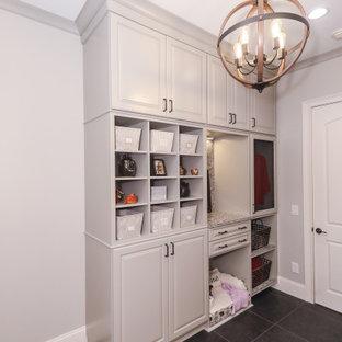 Idéer för en stor klassisk flerfärgade parallell tvättstuga enbart för tvätt, med en rustik diskho, luckor med upphöjd panel, grå skåp, bänkskiva i kvarts, flerfärgad stänkskydd, grå väggar, klinkergolv i porslin, en tvättmaskin och torktumlare bredvid varandra och svart golv