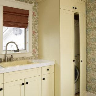 Exempel på en klassisk tvättstuga, med tvättmaskin och torktumlare byggt in i ett skåp