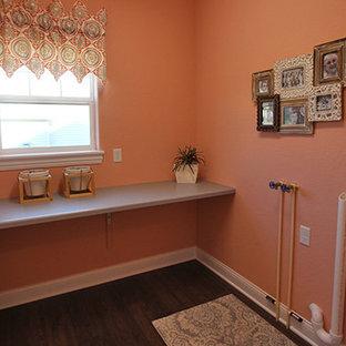 Exempel på en tvättstuga, med orange väggar