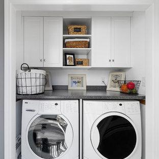 Immagine di un ripostiglio-lavanderia classico di medie dimensioni con ante in stile shaker, ante bianche, top in laminato, pareti bianche e lavatrice e asciugatrice affiancate