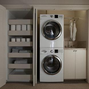 Idéer för en liten modern linjär liten tvättstuga, med en tvättpelare, en undermonterad diskho, släta luckor, beige skåp och beige väggar