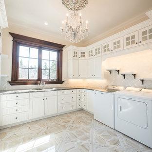 Idee per una grande lavanderia vittoriana con lavello sottopiano, ante con riquadro incassato, ante bianche, top in marmo, pavimento in gres porcellanato, pavimento bianco e top bianco