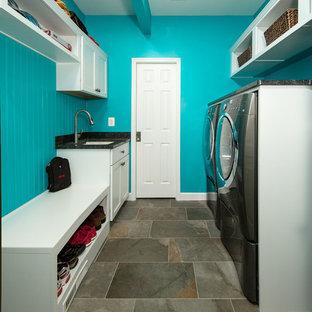 На фото: маленькие параллельные универсальные комнаты в стиле рустика с врезной раковиной, фасадами с утопленной филенкой, белыми фасадами, гранитной столешницей, синими стенами, полом из сланца и со стиральной и сушильной машиной рядом