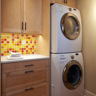 Amerikansk inredning av en liten vita parallell vitt tvättstuga enbart för tvätt, med skåp i shakerstil, skåp i ljust trä, korkgolv, en tvättpelare, bänkskiva i kvarts, brunt golv och beige väggar