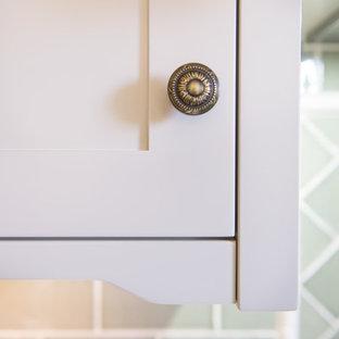 Foto på en stor amerikansk parallell tvättstuga enbart för tvätt, med en undermonterad diskho, skåp i shakerstil, beige skåp, träbänkskiva, grönt stänkskydd, stänkskydd i keramik, mellanmörkt trägolv, beige väggar och en tvättmaskin och torktumlare bredvid varandra
