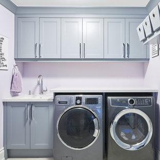 Idéer för ett mellanstort modernt vit linjärt grovkök, med en undermonterad diskho, skåp i shakerstil, grå skåp, bänkskiva i kvarts, lila väggar, klinkergolv i porslin, en tvättmaskin och torktumlare bredvid varandra och vitt golv