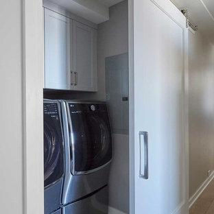 Idéer för små funkis linjära små tvättstugor, med skåp i shakerstil, vita skåp, grå väggar, klinkergolv i porslin, en tvättmaskin och torktumlare bredvid varandra och beiget golv