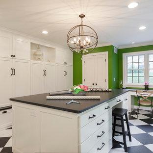 Immagine di una grande lavanderia multiuso chic con lavello sottopiano, ante bianche, top in granito, pareti verdi, pavimento in vinile, lavatrice e asciugatrice affiancate e ante in stile shaker