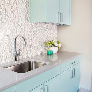 Foto på en mellanstor vintage grå l-formad tvättstuga enbart för tvätt, med en undermonterad diskho, släta luckor, turkosa skåp, bänkskiva i koppar, klinkergolv i porslin, brunt golv och beige väggar