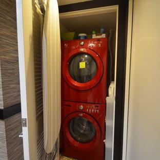 Esempio di un ripostiglio-lavanderia etnico con lavatrice e asciugatrice a colonna