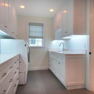 Inspiration för en mellanstor vintage parallell liten tvättstuga, med en nedsänkt diskho, skåp i shakerstil, vita skåp, bänkskiva i återvunnet glas, vita väggar, en tvättmaskin och torktumlare bredvid varandra, klinkergolv i keramik och brunt golv