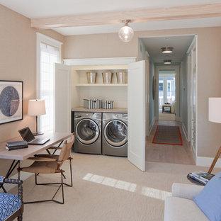Exempel på en liten klassisk linjär liten tvättstuga, med bänkskiva i kvarts, vita väggar, heltäckningsmatta, en tvättmaskin och torktumlare bredvid varandra och beiget golv