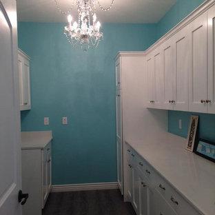 Idee per una sala lavanderia stile shabby di medie dimensioni con ante in stile shaker, ante bianche, top in quarzite, pareti blu, parquet scuro e pavimento marrone
