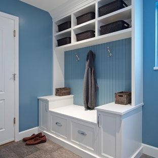 Ispirazione per una lavanderia multiuso tradizionale di medie dimensioni con ante in stile shaker, ante bianche, top in quarzite, pareti blu, pavimento in vinile e lavatrice e asciugatrice affiancate