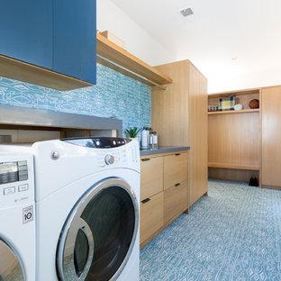 Idee per una grande lavanderia minimalista con lavello sottopiano, ante lisce, ante in legno chiaro, top in quarzo composito, pareti blu, parquet chiaro, lavatrice e asciugatrice affiancate e top grigio
