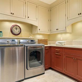 Esempio di una grande lavanderia multiuso chic con lavello sottopiano, ante con riquadro incassato, ante rosse, top in quarzo composito, pareti beige, pavimento in gres porcellanato e lavatrice e asciugatrice affiancate
