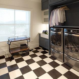 Esempio di un'ampia sala lavanderia country con lavello stile country, ante bianche, top in quarzo composito, pareti grigie, pavimento in gres porcellanato, lavatrice e asciugatrice affiancate, pavimento multicolore, top bianco e ante in stile shaker