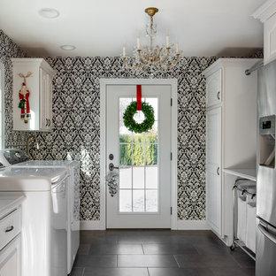 Idéer för att renovera ett mellanstort vintage vit u-format vitt grovkök, med vita skåp, grått golv, luckor med upphöjd panel, bänkskiva i kvarts, flerfärgade väggar, klinkergolv i keramik och en tvättmaskin och torktumlare bredvid varandra