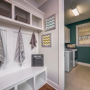 Idées déco pour une buanderie parallèle multi-usage et de taille moyenne avec un évier utilitaire, un placard sans porte, des portes de placard blanches, un sol en carrelage de céramique, un sol beige et du lambris de bois.
