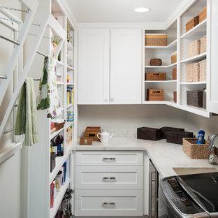 Esempio di una piccola lavanderia multiuso minimalista con lavello sottopiano, ante con riquadro incassato, ante bianche, top in quarzite, pareti beige, parquet scuro e lavatrice e asciugatrice affiancate