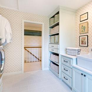 Idéer för en mellanstor klassisk vita linjär tvättstuga enbart för tvätt, med en rustik diskho, släta luckor, gröna skåp, bänkskiva i kvarts, stänkskydd i mosaik, flerfärgade väggar, klinkergolv i porslin, en tvättmaskin och torktumlare bredvid varandra och vitt golv