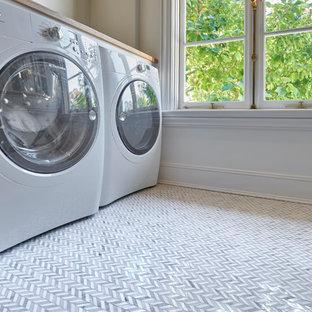 Idéer för att renovera en vintage tvättstuga, med bänkskiva i glas och marmorgolv