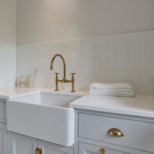 Inspiration för klassiska tvättstugor, med bänkskiva i glas och marmorgolv