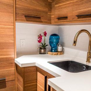 Idee per una piccola sala lavanderia minimalista con lavello a vasca singola, ante lisce, ante in legno scuro, top in superficie solida, pareti bianche, pavimento in gres porcellanato e lavatrice e asciugatrice affiancate