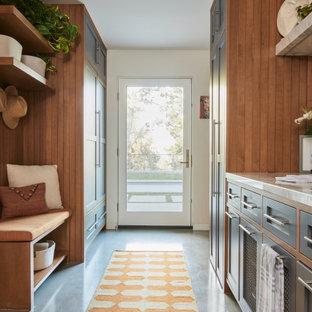 Idéer för stora 50 tals parallella grovkök, med en nedsänkt diskho, skåp i shakerstil, grå skåp, bänkskiva i kvarts, vita väggar, betonggolv, en tvättpelare och grått golv